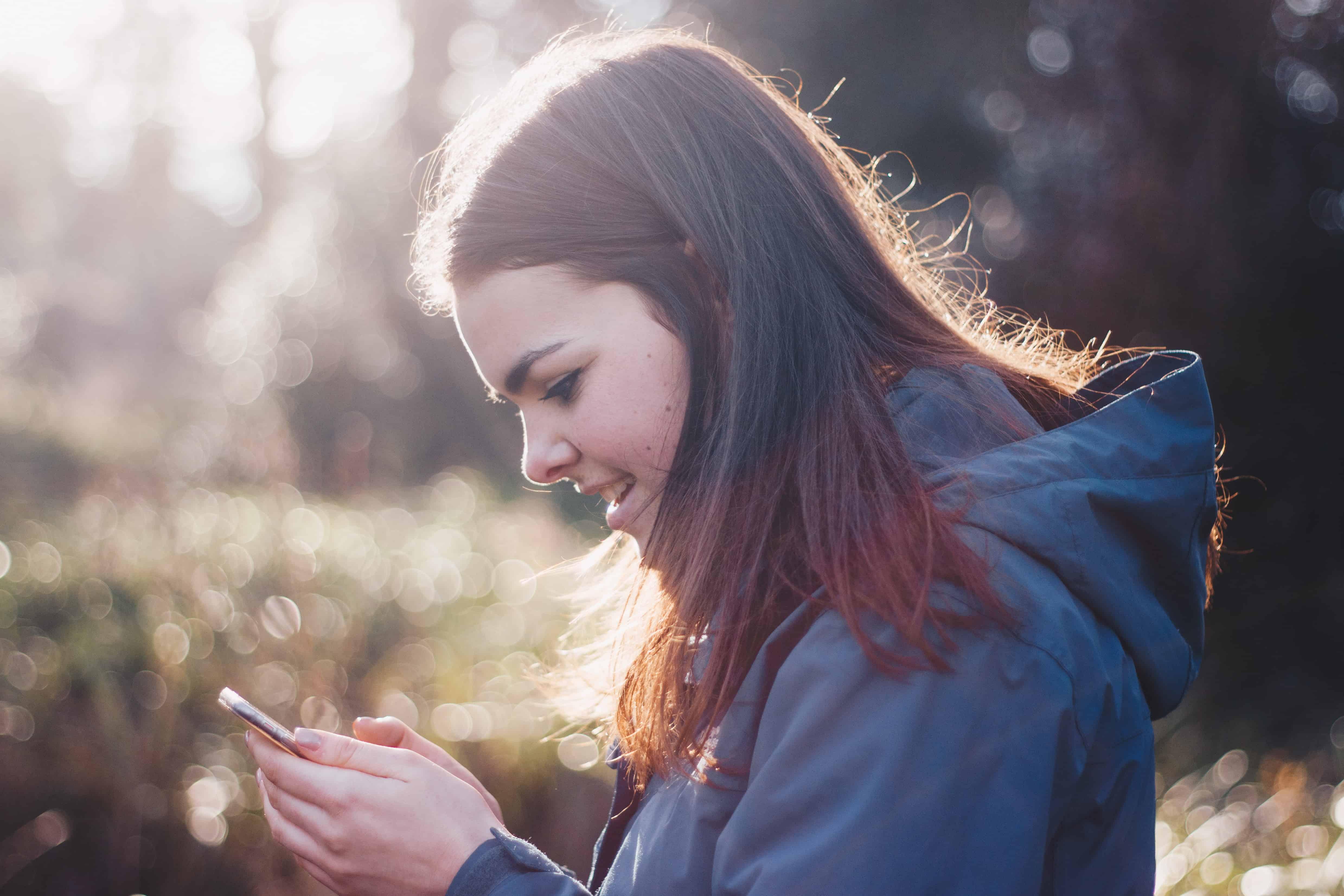 Girl-texts-apartment-chatbots